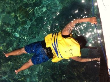 Bagaikan perangko, si Indra ga mau pisah dari kapal pas nyoba snorkeling